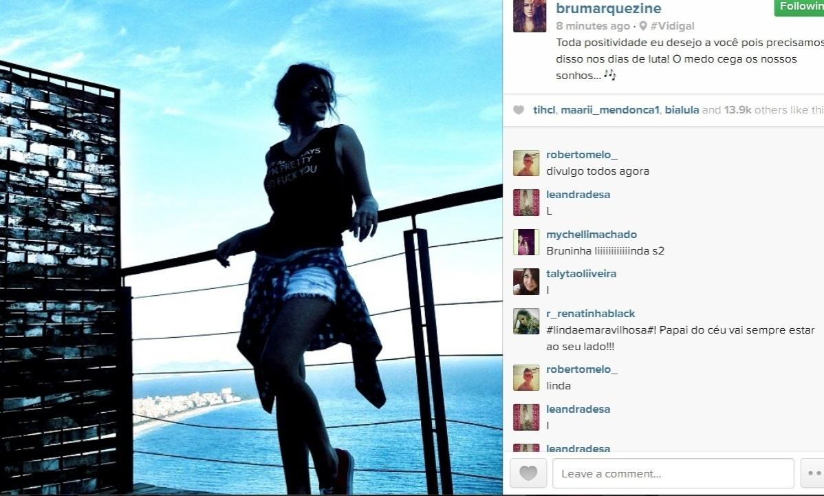 07.jan.2014- Bruna Marquezine posa no Morro do Vidigal, na zona sul do Rio de Janeiro