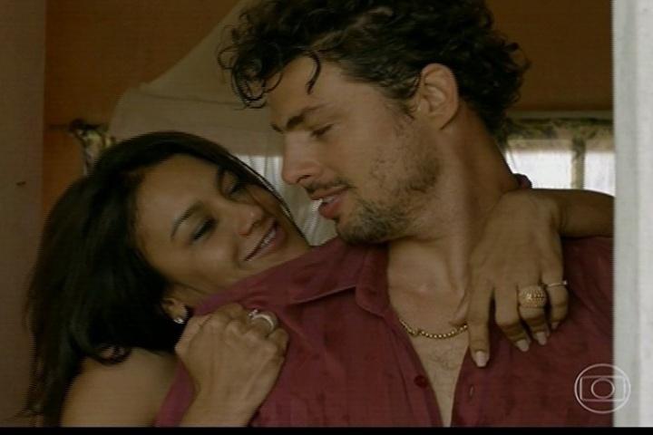 """A minissérie """"Amores Roubados"""" já iniciou com o clima quente entre Celeste (Dira Paes) e Leandro (Cauã Reymond). Ela, casada, se envolve com o sommelier"""