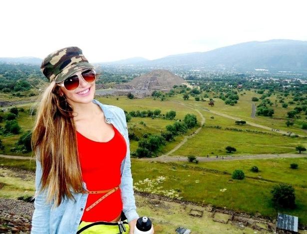 Tatiele posa nas Pirâmides de Teotihuacán, no México