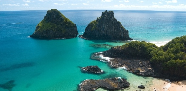 Vista aérea da Baía dos Porcos, uma das mais belas paisagens de Fernando de Noronha; arquipélago sofre com a seca