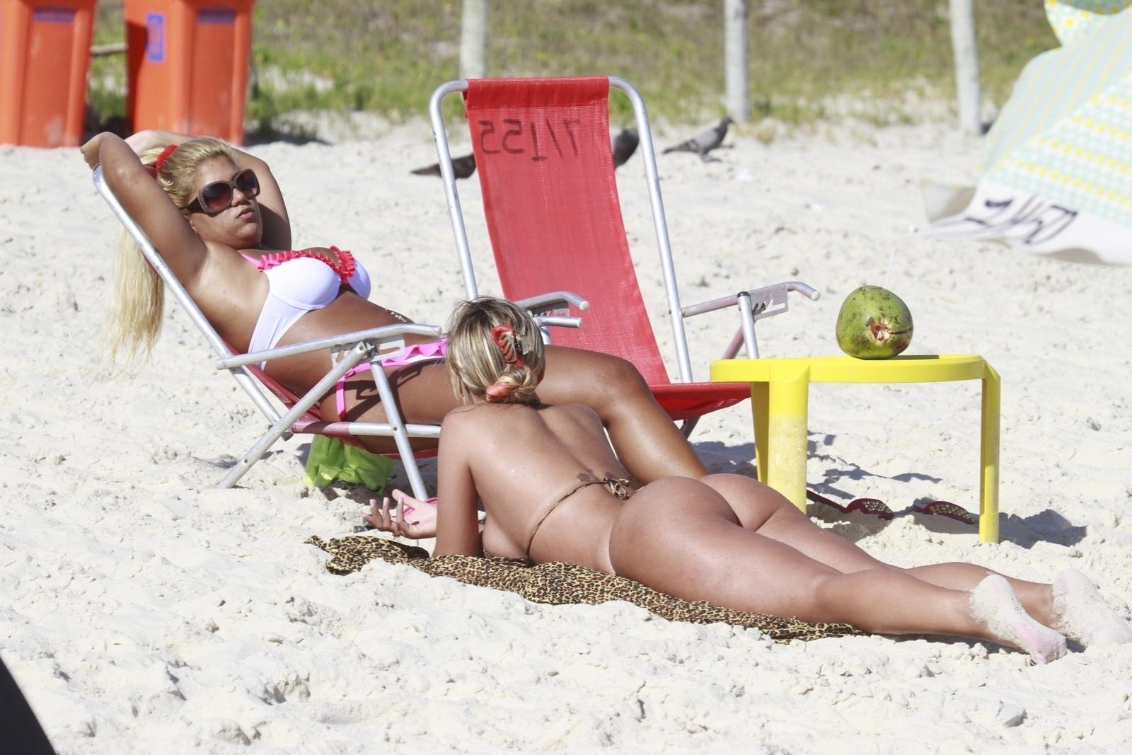 08.jan.2013- Andressa Urach e Yani de Simone, a mulher Filé, curtiram o dia de sol na praia da Barra da Tijuca, na zona oeste do Rio