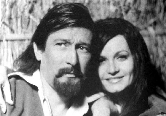 """1968 - Paulo Goulart com a atriz Rosamaria Murtinho em cena da novela """"A Muralha"""""""