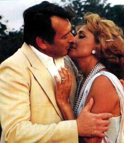 """1980 - Os atores Paulo Goulart com Eva Wilma em cena de """"Plumas e Paetês"""", novela de Cassiano Gabus Mendes"""