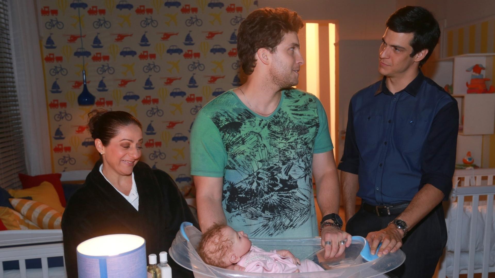 7.jan.2014 - Josie Antello, Thiago Fragoso e Mateus Solano ensaiam cena de banho em boneco que representa o bebê Fabrício, de