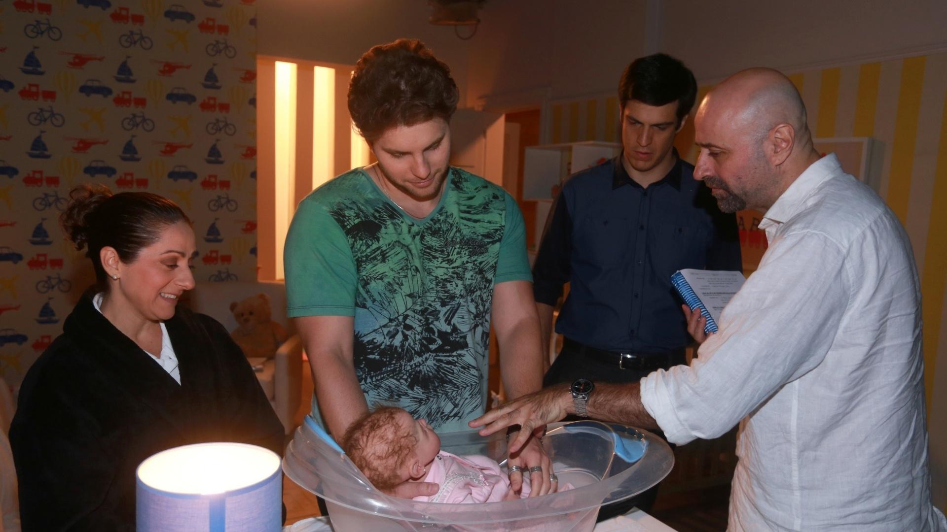 7.jan.2014 - Josie Antello, Thiago Fragoso e Mateus Solano ensaiam, com diretor Mauro Mendonça Filho, cena de banho em boneco que representa o bebê Fabrício, de
