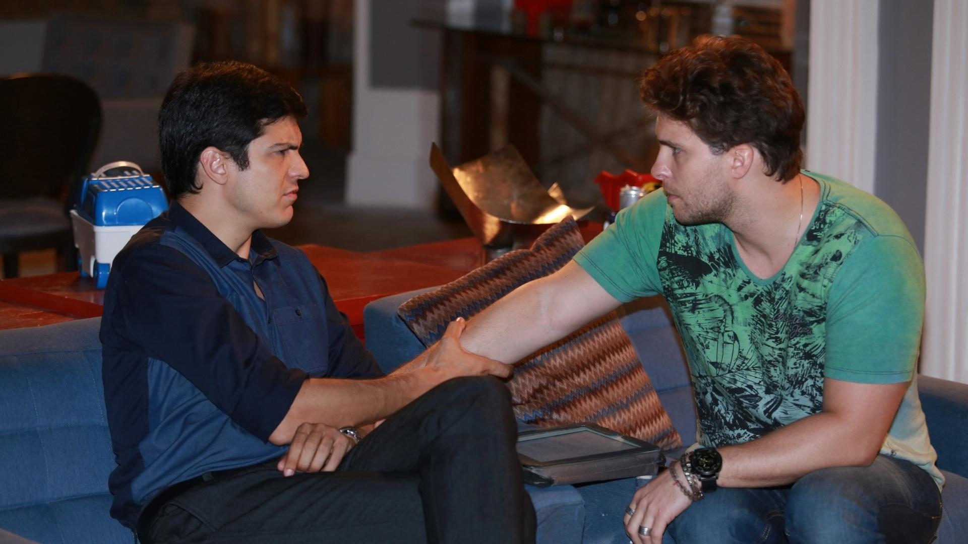 7.jan.2014 - Thiago Fragoso e Mateus Solano ensaiam cena de carícia entre Niko e Félix na novela