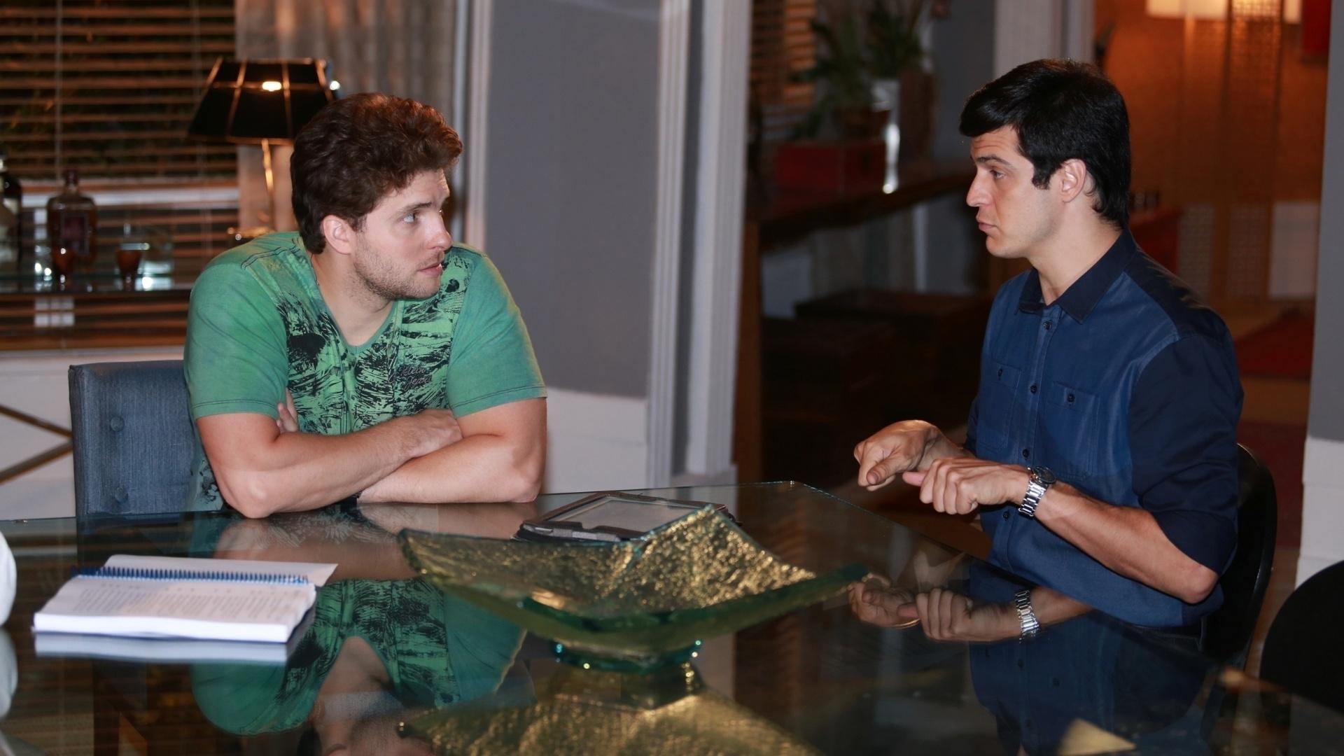 7.jan.2014 - Thiago Fragoso e Mateus Solano ensaiam cena de jantar na novela