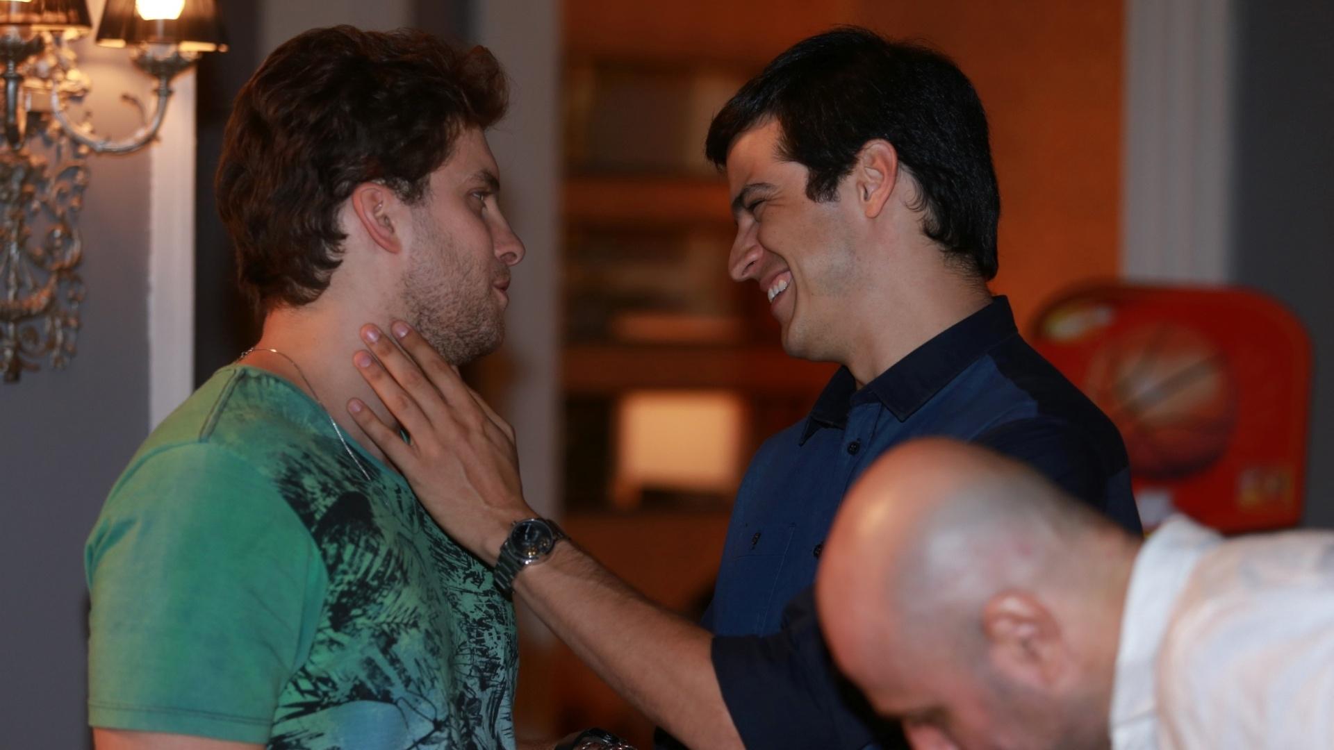 7.jan.2014 - Thiago Fragoso e Mateus Solano ensaiam, com diretor Mauro Mendonça Filho, cena de