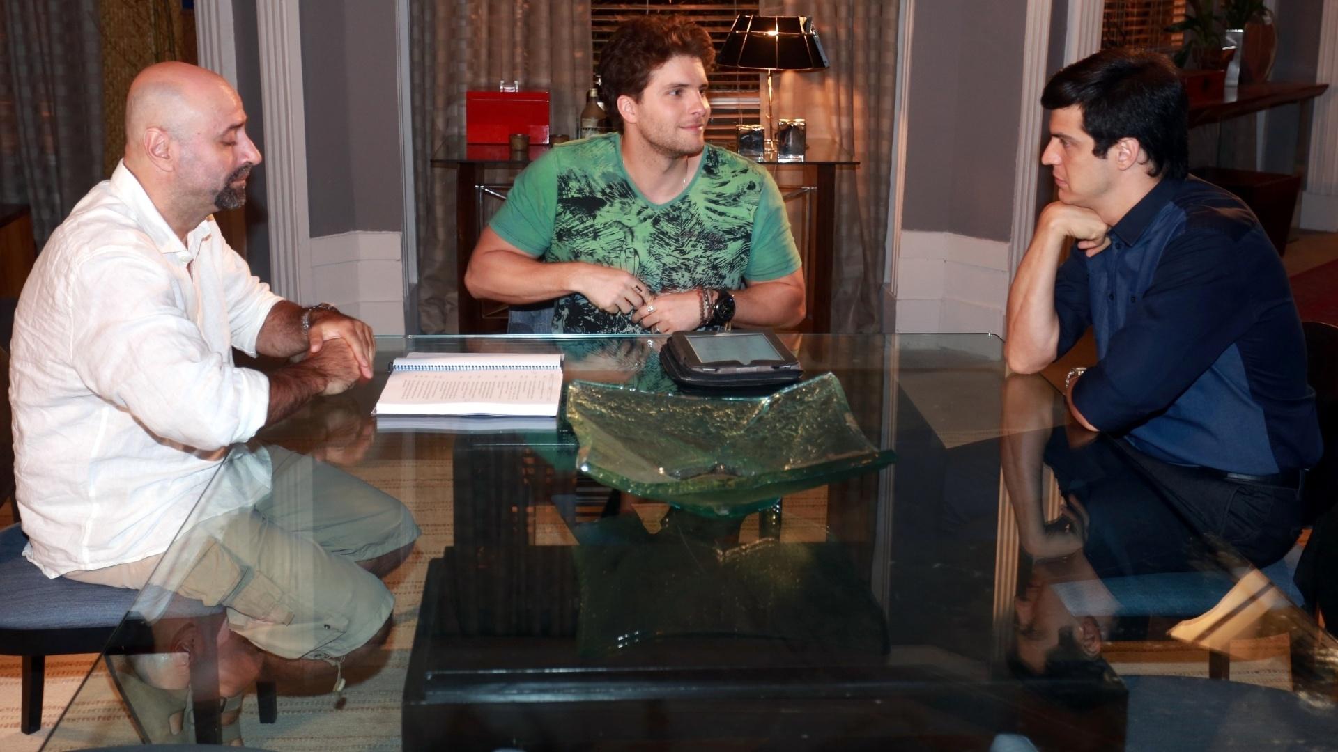 7.jan.2014 - Thiago Fragoso e Mateus Solano ensaiam, com diretor Mauro Mendonça Filho, cena de jantar na novela