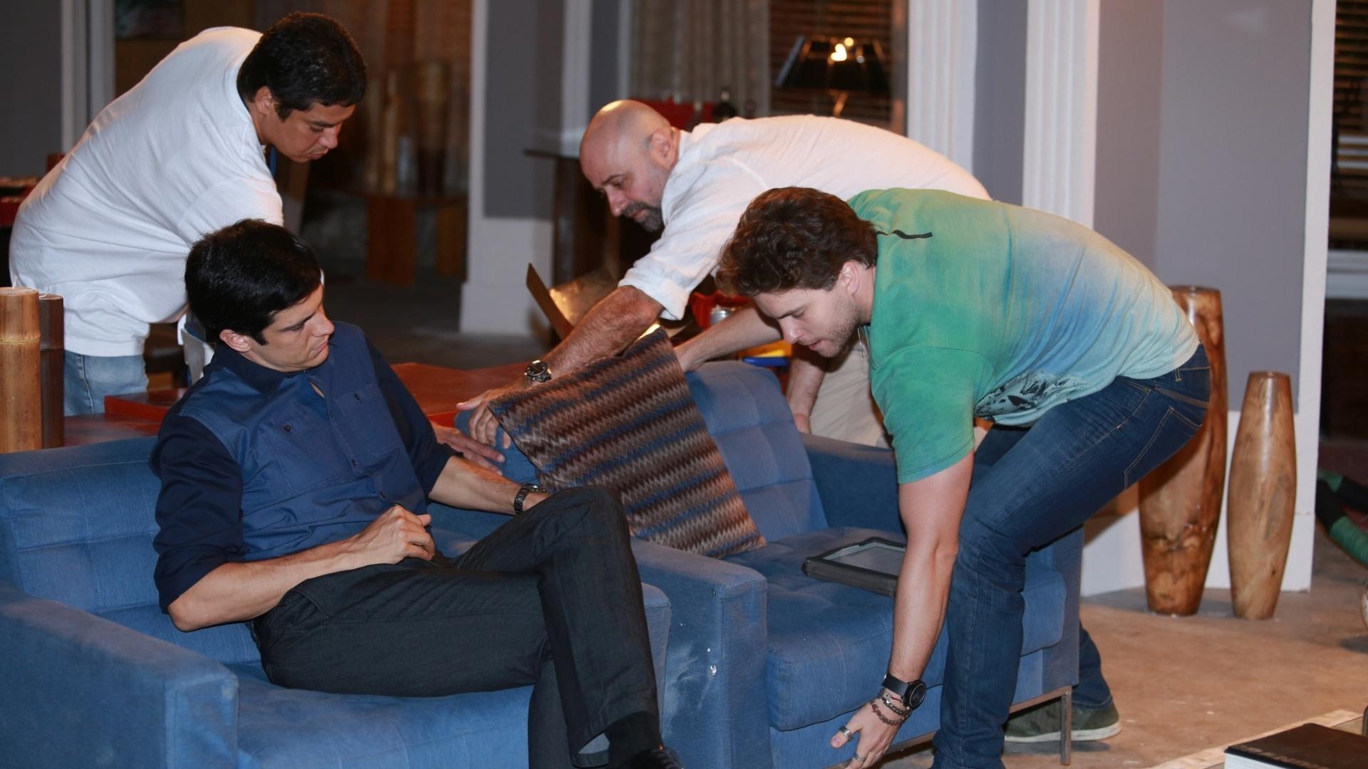 7.jan.2014 - Thiago Fragoso e Mauro Mendonça Filho arrumam cenário durante ensaio para cena de