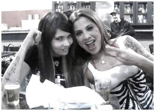 A amiga Emily Constantine e Vanessa