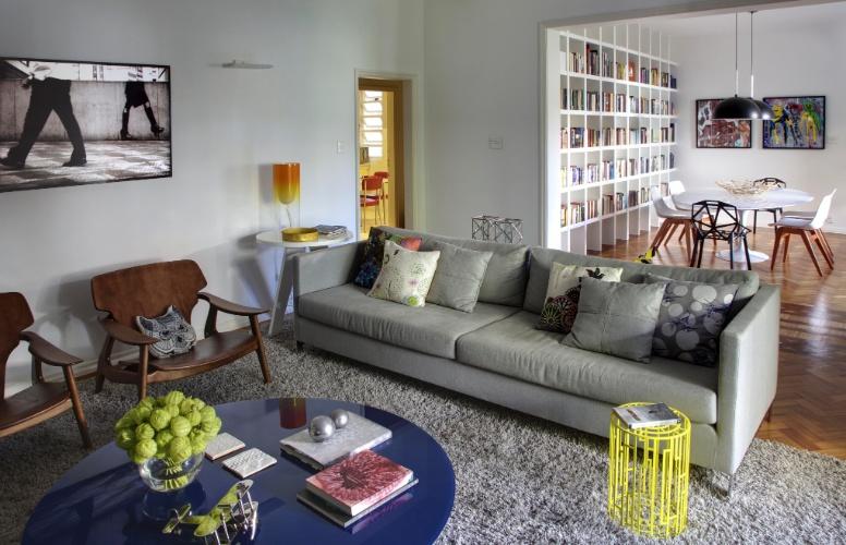 """A decoração do apartamento alugado, com 220 m², no bairro do Leblon, Rio de Janeiro (RJ), se apoia em peças """"de design"""", móveis modulares e cores em equilíbrio. O projeto de interiores é assinado pelo trio de arquitetas Roberta Moura, Paula Faria e Luciana Mambrini"""