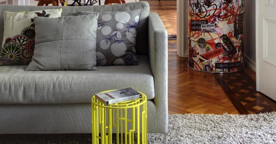Poeira), de metal com pintura amarela, pontua com cor vibrante a sala