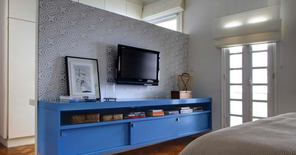 Ainda no quarto do casal do apartamento no bairro do Leblon, Rio de Janeiro (RJ), o móvel na cor azul combina com o papel de parede aplicado ao painel da TV. Quem assina o projeto de interiores é o trio de arquitetas Roberta Moura, Paula Faria e Luciana Mambrini
