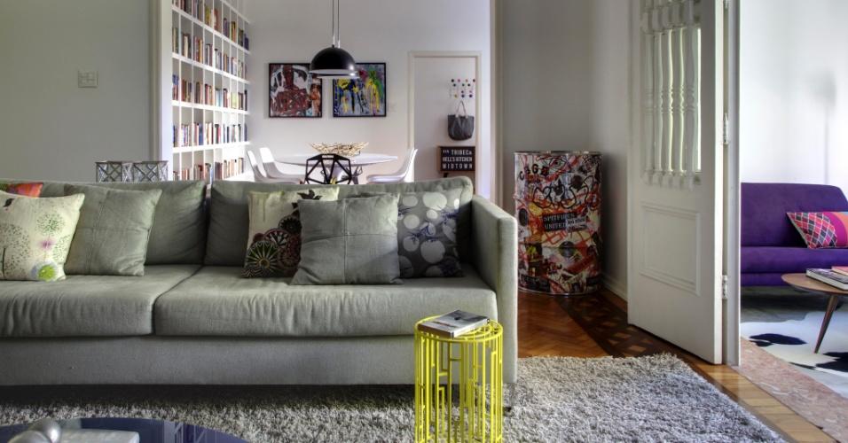 Tapetes para sala de estar com sof cinza for Sala de estar com um sofa