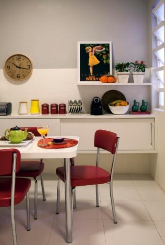 """Na cozinha, para aproveitar o azulejo original """"antiguinho"""" do apartamento alugado, as arquitetas Roberta Moura, Paula Faria e Luciana Mambrini escolheram uma mesa e quatro cadeiras (Tok&Stok) em estilo retrô. O armário foi projetado pela Marcenaria Monte Sião e tem acabamento em laca branca"""