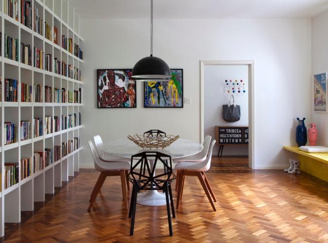 Na sala de jantar do apartamento alugado, as arquitetas Roberta Moura, Paula Faria e Luciana Mambrini combinaram a mesa de jantar Tulipa, criada pelo finlandês Eero Saarinen na década de 1950, a quatro cadeiras brancas Reflexus, do designer Eduardo Baroni (Arquivo Contemporâneo), e duas cadeiras pretas One, assinadas pelo designer alemão Konstantin Grcic (Via Manzoni).  Sobre a mesa, a fruteira Blow Up, em versão bambu, dos irmãos Campana