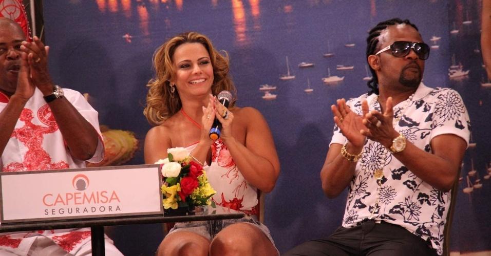 9.jan.2014 - A rainha da escola de samba Salgueiro, Viviane Araújo, e o sambista Xande de Pilares participaram de programa de televisão sobre o Carnaval 2014