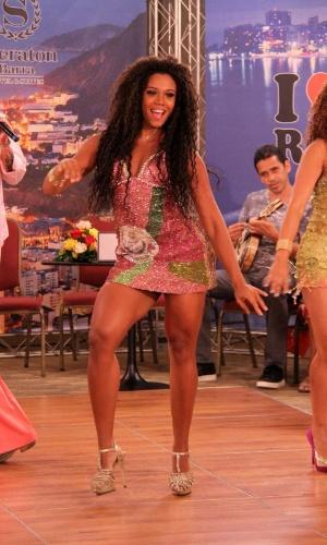 9.jan.2014 - Com muito samba no pé, Evelyn Bastos, rainha da Mangueira, mostrou seu belo corpo em um vestido cheio de brilho durante gravação de programa de televisão para o Carnaval