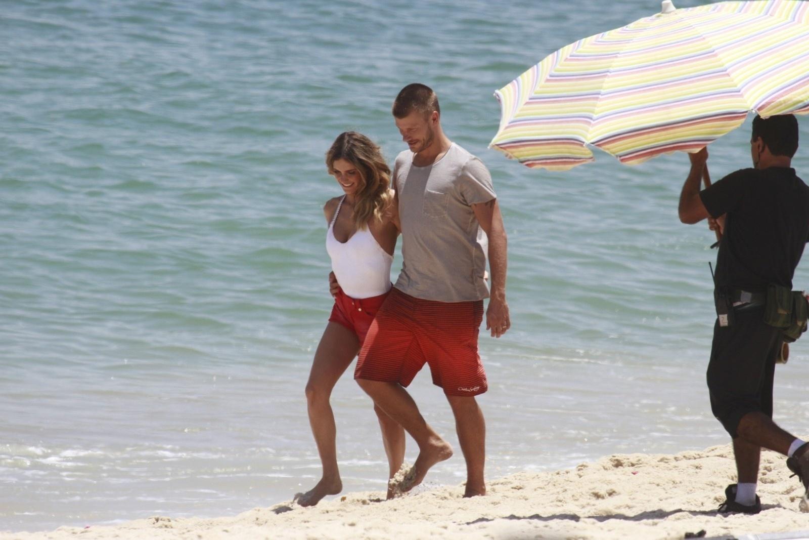 9.jan.2014 - Fernada Lima e Rodrigo Hilbert gravaram comercial na praia da Barra da Tijuca, zona oeste do Rio