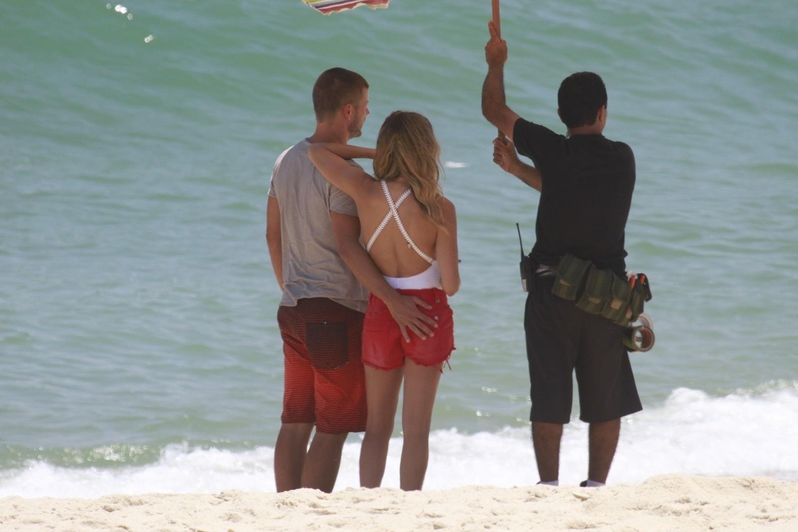 9.jan.2014 - Fernada Lima e Rodrigo Hilbert gravaram comercial na praia da Barra da Tijuca, zona oeste do Rio. Sem perceber a presença do paparazzo, Rodrigo acabou sendo clicado enquanto dava uma