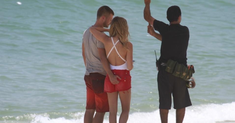 """9.jan.2014 - Fernada Lima e Rodrigo Hilbert gravaram comercial na praia da Barra da Tijuca, zona oeste do Rio. Sem perceber a presença do paparazzo, Rodrigo acabou sendo clicado enquanto dava uma """"apalpada"""" no bumbum da mulher"""