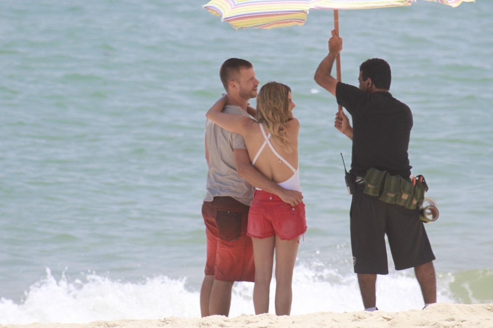 9.jan.2014 - Fernanda Lima e Rodrigo Hilbert gravaram comercial na praia da Barra da Tijuca, zona oeste do Rio. Sem perceber a presença do paparazzo, Rodrigo acabou sendo clicado enquanto dava uma