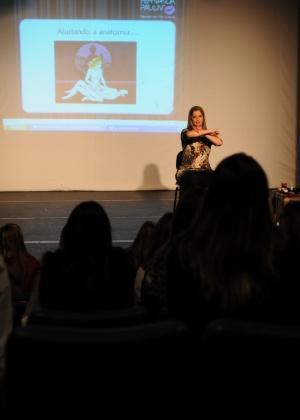Fernanda Pauliv, que se apresenta como especialista nas artes da paixão, durante palestra em Curitiba (PR)
