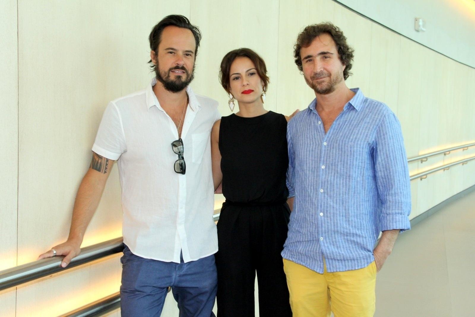 10.jan.2014 - Paulo Vilhena, Andreia Horta e João Miguel posam juntos na coletiva da minissérie
