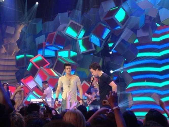 "Luan Santana apresenta ""Sai do Chão"" e recebe o cantor Di Ferrero, da banda NX Zero, neste domingo (12)"