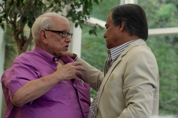 11.jan.2014 - Cantor e apresentador Ronnie Von tenta consolar o amigo Ary Toledo durante o velório de Marly Marley no Cemitério do Morumbi, em São Paulo