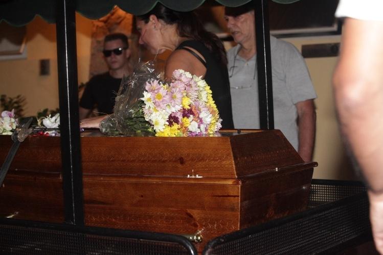11.jan.2014 - Corpo de Marly Marley deixa velório rumo a local do enterro no Cemitério do Morumbi, em São Paulo