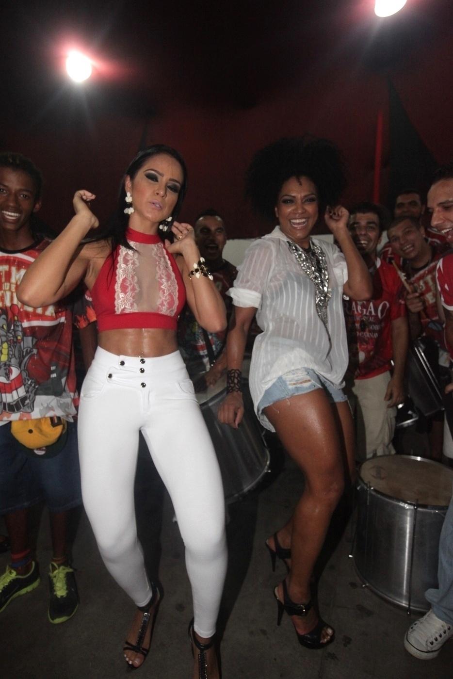 11.jan.2014 - A miss bumbum Dai Macedo, a rainha de bateria da Dragões da Real, Simone Sampaio participam de ensaio na quadra da Dragões da Real em São Paulo