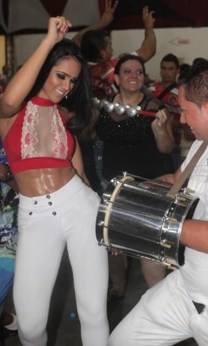 11.jan.2014 - A miss bumbum Dai Macedo ensaia na quadra da Dragões da Real em São Paulo