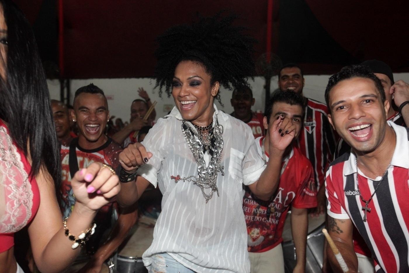 11.jan.2014 - A rainha de bateria da Dragões da Real, Simone Sampaio ensaia na quadra da Dragões da Real em São Paulo