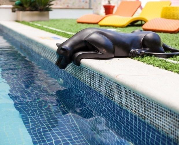 """12.jan.2014 - A borda piscina do """"BBB 14"""" tem um novo elemento, a escultura de um felino"""