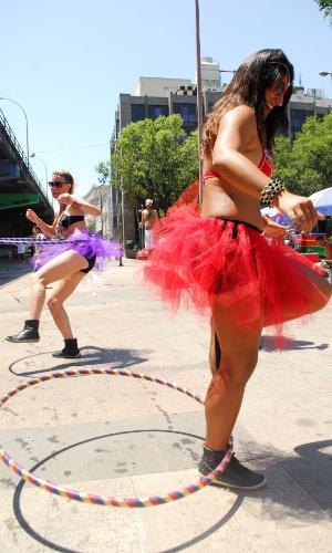 12.jan.2014 - Foliãs participam da abertura não oficial do Carnaval de Rua na cidade, movimento liderado pela Desliga dos Blocos do Rio de Janeiro