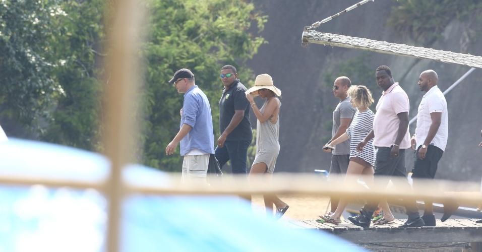 """13.jan.2014 - Em Angra dos Reis, no Rio de Janeiro, Rihanna desembarca da lancha para fotografar em uma ilha. A cantora vai ser capa da revista """"Vogue Brasil"""""""