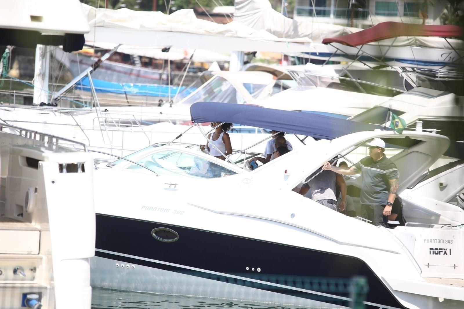 13.jan.2014 - Em Angra dos Reis, no Rio de Janeiro, Rihanna embarca em lancha para fotografar em uma ilha. A cantora está no Brasil para fotografar para a revista