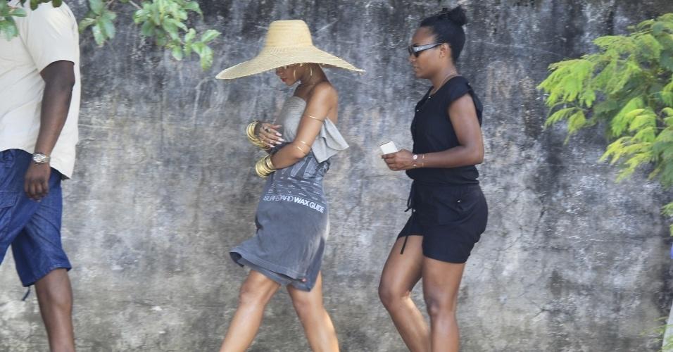 """13.jan.2014 - Em Angra dos Reis, no Rio de Janeiro, Rihanna fotografa para a revista """"Vogue Brasil"""""""