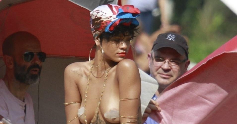 """13.jan.2014 - Em Angra dos Reis, no Rio de Janeiro, Rihanna fotografa para a revista """"Vogue Brasil"""" com pouca roupa"""