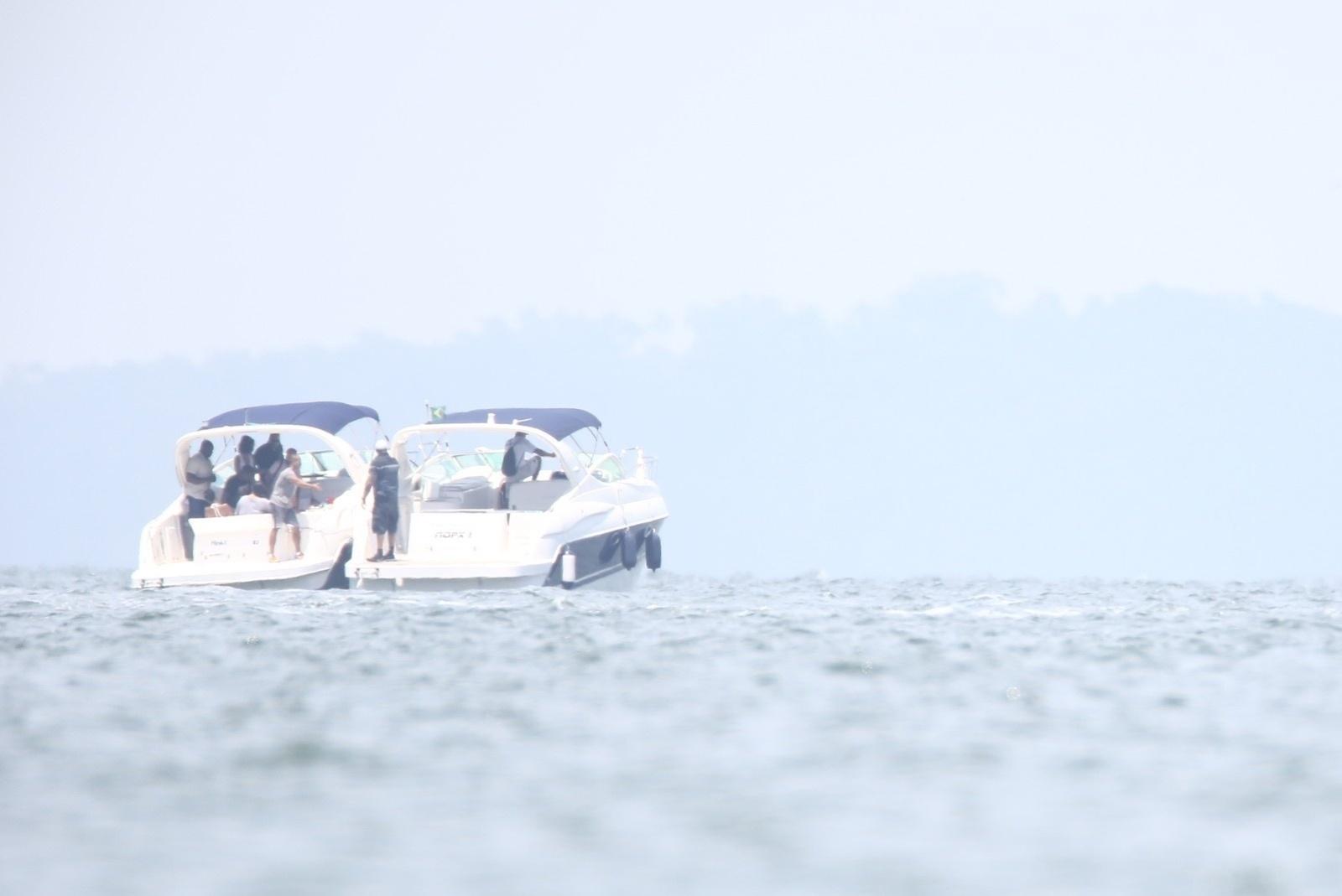 13.jan.2014 - Em Angra dos Reis, no Rio de Janeiro, Rihanna vai de lancha fotografar em uma ilha. A cantora está no país para fotografar para a revista