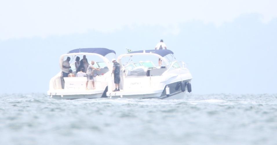 """13.jan.2014 - Em Angra dos Reis, no Rio de Janeiro, Rihanna vai de lancha fotografar em uma ilha. A cantora vai ser capa da revista """"Vogue Brasil"""""""