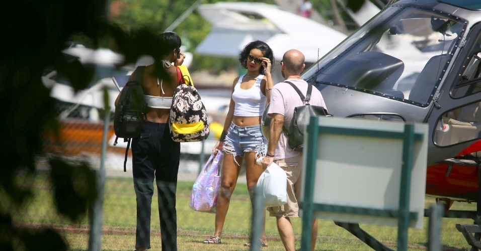 13.jan.2014 - Rihanna é clicada desembarcando no heliponto de Angra dos Reis