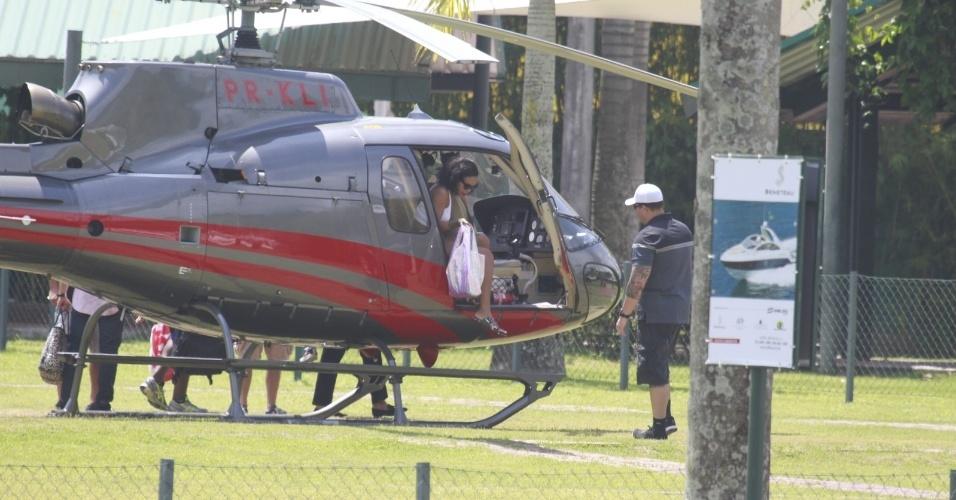13.jan.2014 - Rihanna é clicada desembarcando no heliponto de Angra dos Reis. A cantora está no Brasil para fotografar para a revista Vogue Brasil