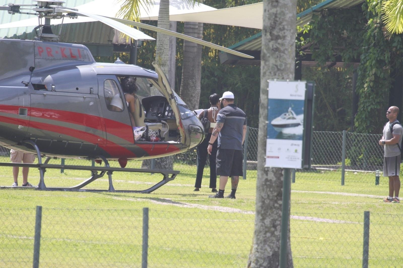 13.jan.2014 - Rihanna é clicada desembarcando no heliponto de Angra dos Reis. A cantora está no Brasil para fotografar para a revista