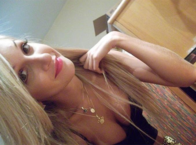 "Miss Cianorte 2011, Tatiele Polyana posa para ""selfie"" no hotel antes do ""BBB14"""