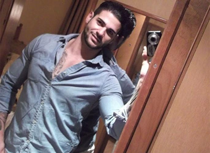 Rodrigo tira foto no espelho para postar no site do