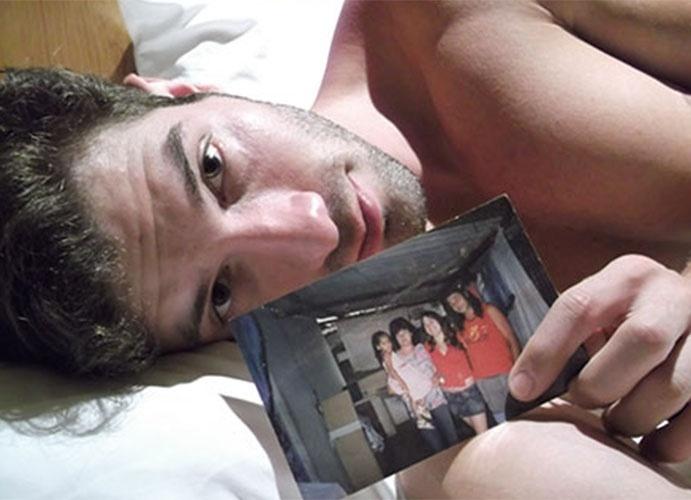 Roni demonstra saudade da família posando com foto no confinamento