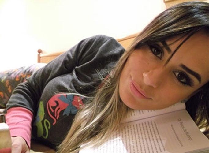 """Uma das musas do """"BBB14"""", Leticia também mostra que gosta de ler"""
